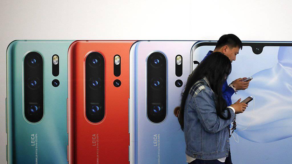 Trotz Sanktionen der USA gegen den chinesischen Telekomkonzern Huawei: Swisscom-Chef Urs Schaeppi sieht momentan keinen Grund, den Verkauf von Huawei-Smartphones zu stoppen.