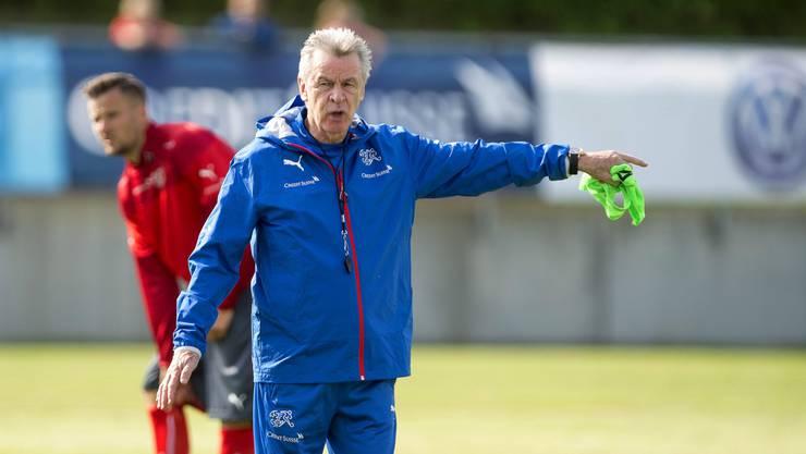 Coach Ottmar Hitzfeld gibt Anweisungen.
