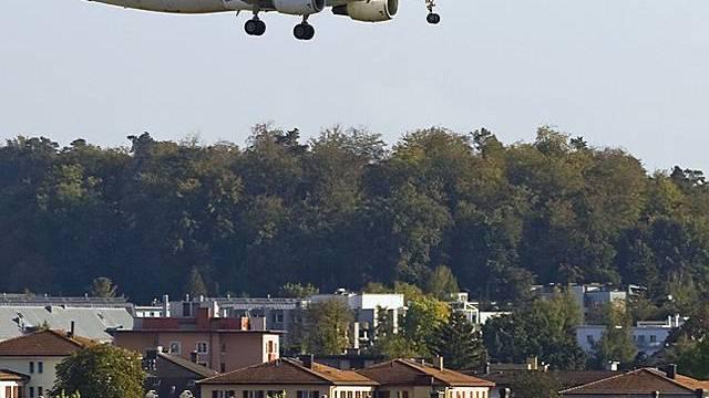 Ein Flugzeug im Landeanflug (Archiv)