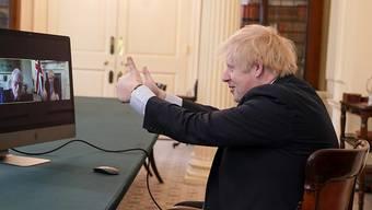 Der britische Premierminister Boris Johnson während einer Videokonferenz mit Weltkriegs-Veteranen im Kabinettszimmer des Regierungssitzes in London.