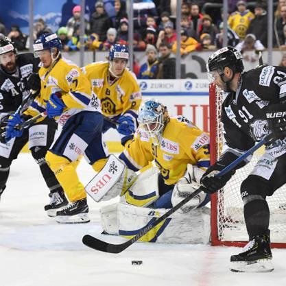 Der Davoser Keeper Gilles Senn (Bildmitte) zeigte beim 3:2-Sieg gegen die Nürnberg Ice Tigers eine starke Leistung.