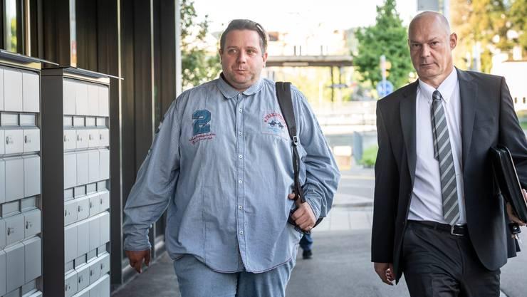 Oliver Skreinig (links) auf dem Weg zu seinem Prozess.