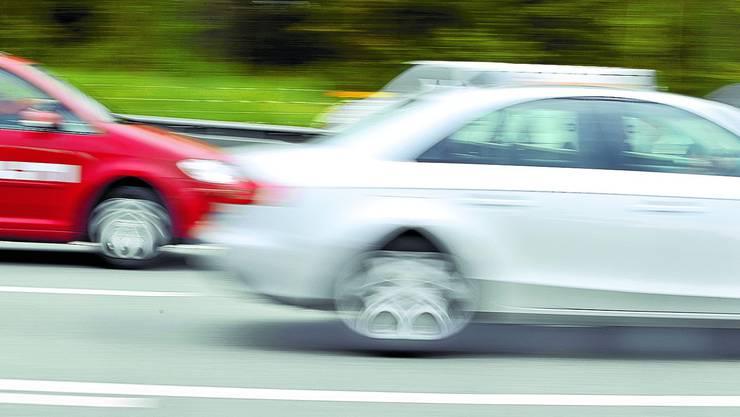 Am Donnerstagmorgen wurde gleich fünf Rasern der Führerschein abgenommen. Einer stand unter Verdacht auf Drogeneinfluss. (Symbolbild)