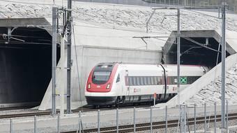 Sind die Züge, die durch den Gotthard-Basistunnel fahren, zu voll müssen Passagiere aussteigen. (Archiv)