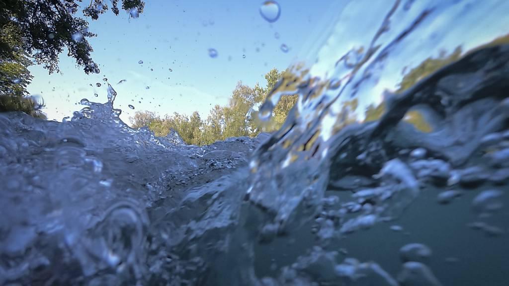 Beim Surfen in der Aare ist im Kanton Bern ein 18-Jähriger tödlich verunglückt. (Symbolbild)