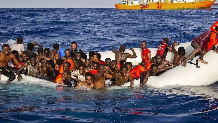 Aus Seenot in Sicherheit gebracht: Rettungskräfte greifen 2600 Flüchtlinge im Mittelmeer auf. (Archivbild)