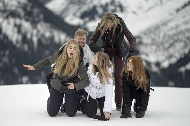 Auch bald steinreich: Prinzessin Amalia (16, links) mit ihren Eltern und ihren Schwestern Ariana (Mitte) und Alexia (rechts) in den Winterferien in Arlberg.