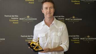 Edward Norton mit dem Excellence Award, den er am Mittwoch auf dem 68. Festival del film in Locarno entgegennehmen durfte