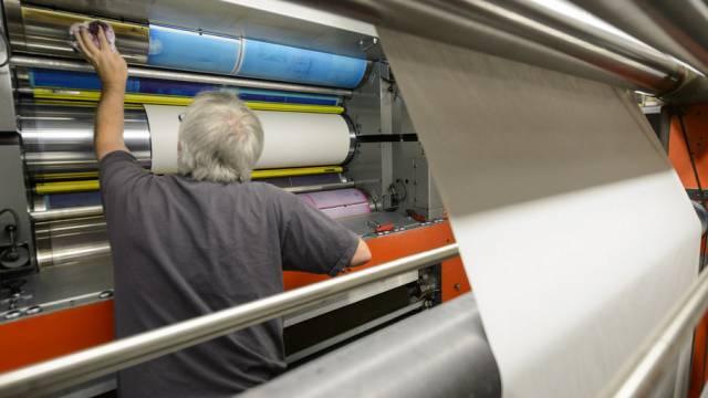 Ein Mitarbeiter einer Druckerei (Symbolbild)