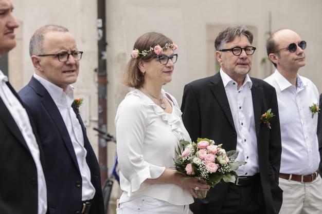 Der Stadtrat macht eine geführte Rundtour zu den geschmückten Brunnen der Stadt am Tag des eigentlichen Maienzugs. Im Fokus: Stadträtin Franziska Graf.