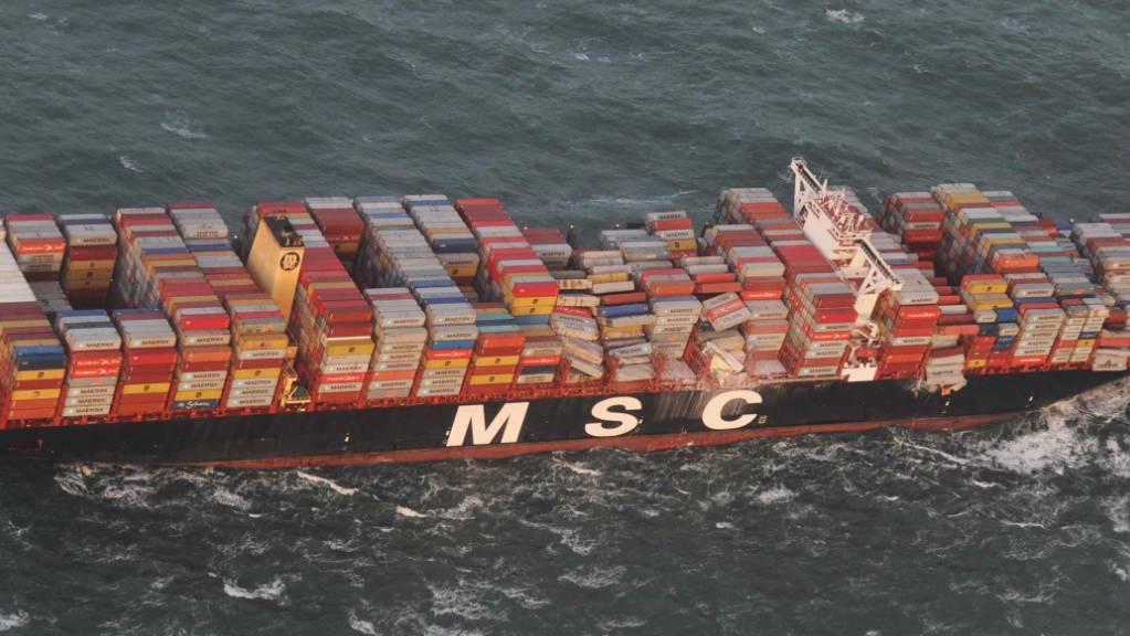 Die Luftaufnahme aus einem Überwachungsflugzeug des Havariekommandos zeigt das Containerschiff MSC Zoe, das im Sturm mehrere hundert Container verloren hat.