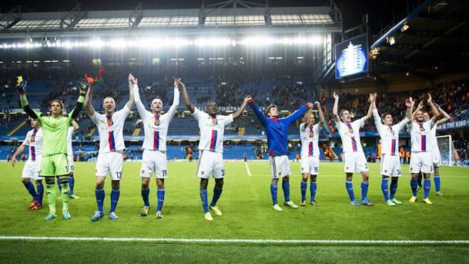 Jubeln in Englands Fussballtempeln: Hier lassen sich die Spieler des FC Basel für ihren 2:1-Sieg im September 2013 an der Stamford Bridge gegen Chelsea feiern. Foto: Keystone