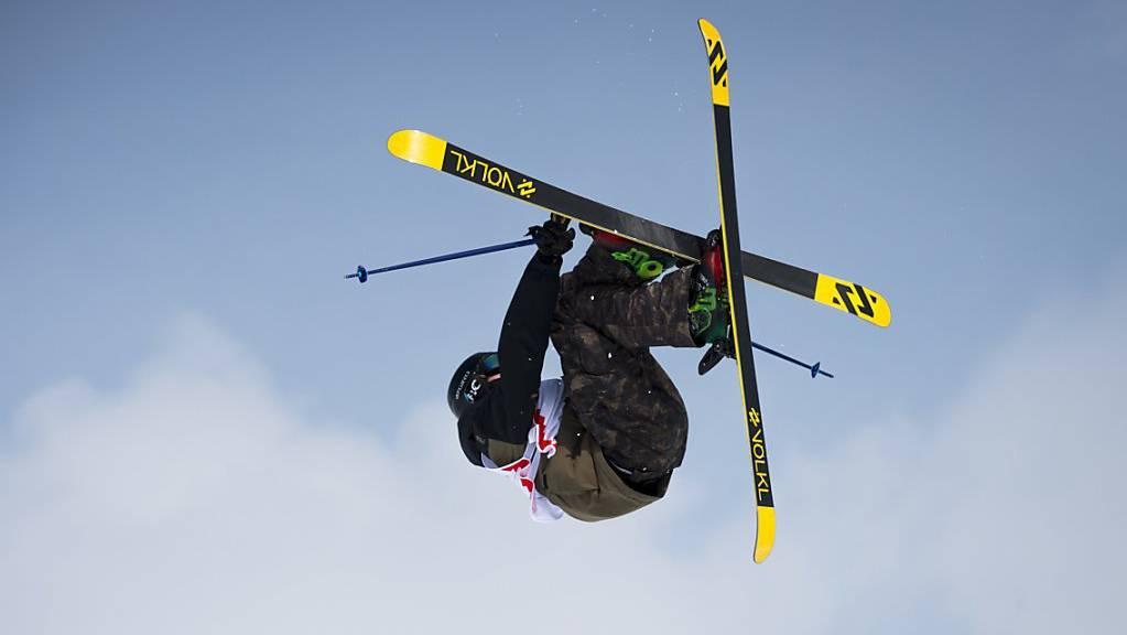Andri Ragettli fliegt über den Engadiner Gipfeln