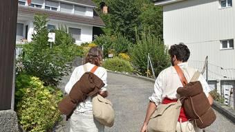 Die Pilger Ralph Wicki (l.) und Noel Emmenegger auf dem Weg in Richtung Waldenalp, vor ihnen die imposante Lehnfluh.