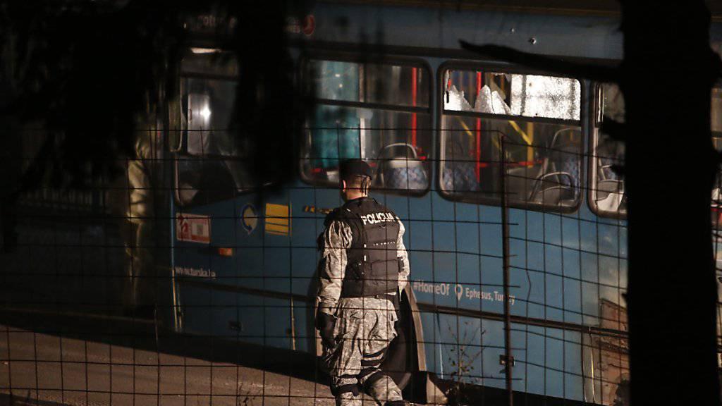 Ein Mann erschoss in Sarajevo zwei Soldaten und beschoss auch einen Bus.