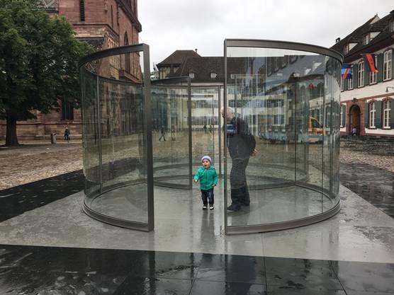 Anti-Versteckis auf dem Münsterplatz in Dan Grahams Glasskulptur