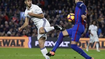 Kein Sieger im Clasico: Barcelona (Piqué/rechts) und Real Madrid (Asensio) trennen sich 1:1