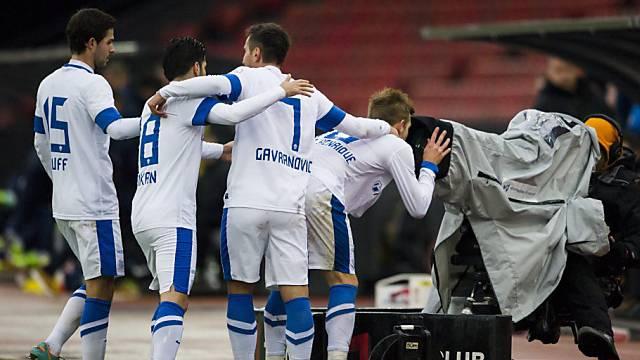 Zürichs 1:0-Torschütze Pedro Henrique (r.) grüsst die TV-Zuschauer.