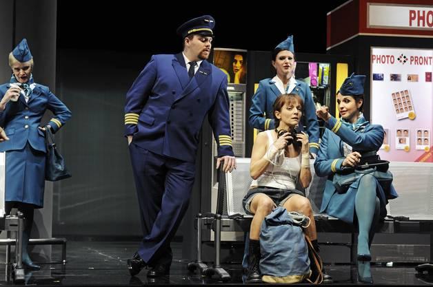 Die Oper spielt in der Version von Regisseur Elmar Goerden am Flughafen