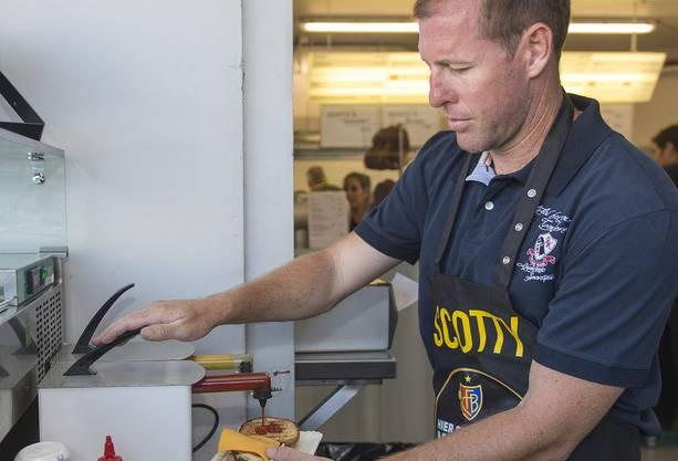 Scott Chipperfield - der Burgerbrater. Am Samstag servierte er den Fans im Joggeli erstmals Bier und Burger.