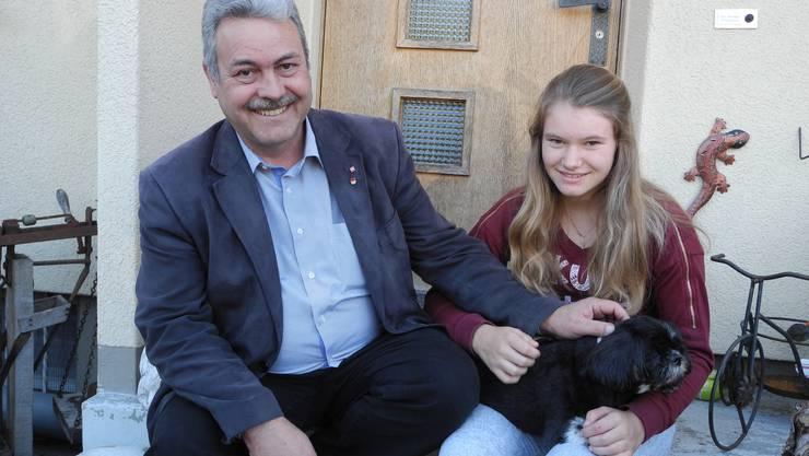 Markus Baumann streichelt mit seiner Tochter Sarah den Hund Kira, deren Leben er gerettet hat.