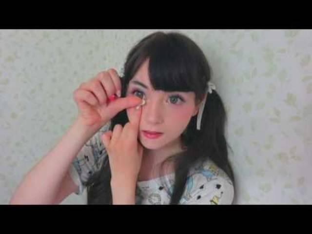 Rückwärts: Die «lebende Puppe» nimmt ihr Make-up ab.