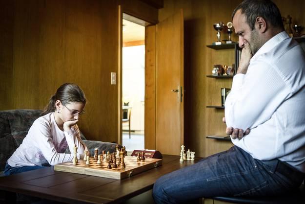 Gohar und ihr Vater studieren das Schachbrett