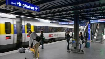 Beliebt: Fast jeder zweite Benützer des Flughafens Zürich reist mit dem öffentlichen Verkehr an.
