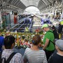Passanten stehen im Frankfurter Hauptbahnhof vor den Blumen und Stofftieren, die an den getöteten Achtjährigen erinnern.