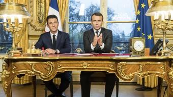 Macron neben Regierungssprecher Benjamin Griveaux (links).