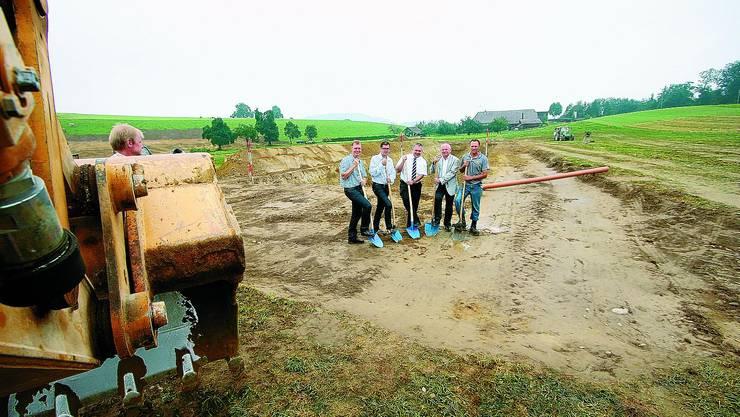 Spatenstich: Bei der Vorstellung des Solarstromprojektes posierten die Beteiligten mit den obligaten blauen Schaufeln vor der Baugrube für die Jauchegrube. (Bild: jr)