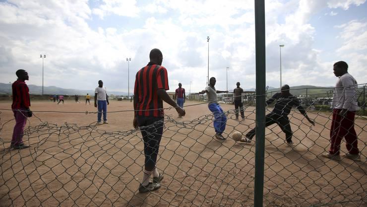 Fussball spielen ist einer der wenigen Zeitvertreibe für die Flüchtlinge im Lager von Mineo auf Sizilien.