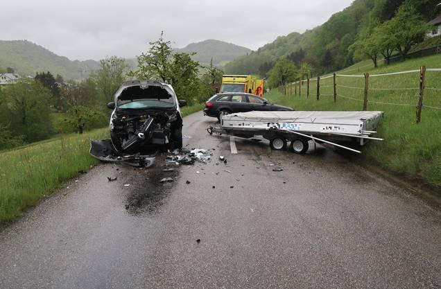 Reigoldswil BL, 20. Mai: In einer Rechtskurve geriet der Anhänger auf die Gegenfahrbahn und kollidierte mit einem entgegenkommenden Auto.