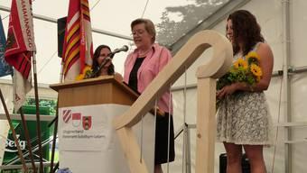 Verbandspräsidentin Edith Ursprung gratuliert den Geehrten.
