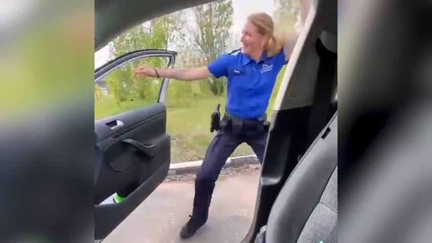 Basler Polizistin tanzt zu viralem Hit