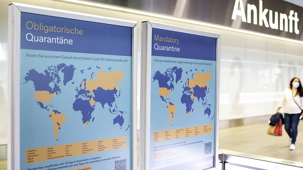 Der Kanton Zürich ist vorbereitet für Rückkehrer aus Risikoländern: Ein Plakat am Flughafen weist auf die obligatorische Quarantäne bei der Einreise aus bestimmten Ländern hin. (Archivbild)