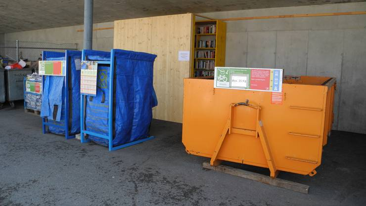 Zwischen den Ablagestellen für PET und Almetall steht der Bücherschrank