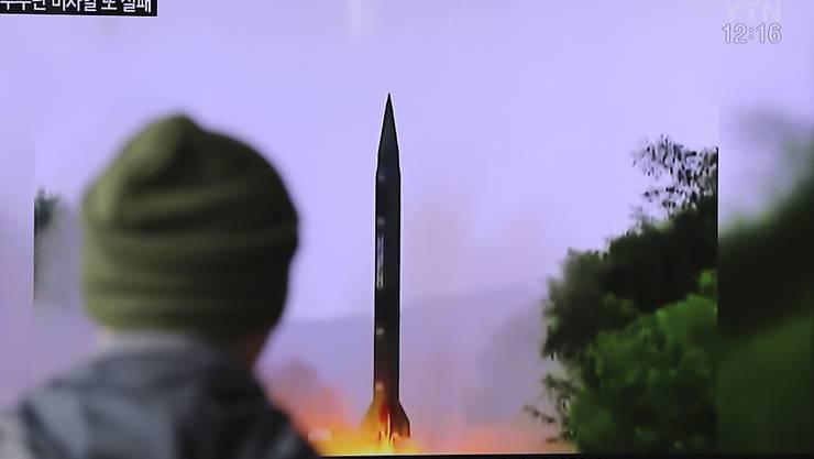 Ein Südkoreaner schaut einen Fernsehbeitrag über den erneuten Raketentest in Nordkorea.