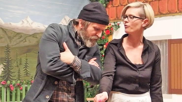 Kari Locher, ehemaliger Knecht, und Haushälterin Magdalena Bühler unterhalten sich.