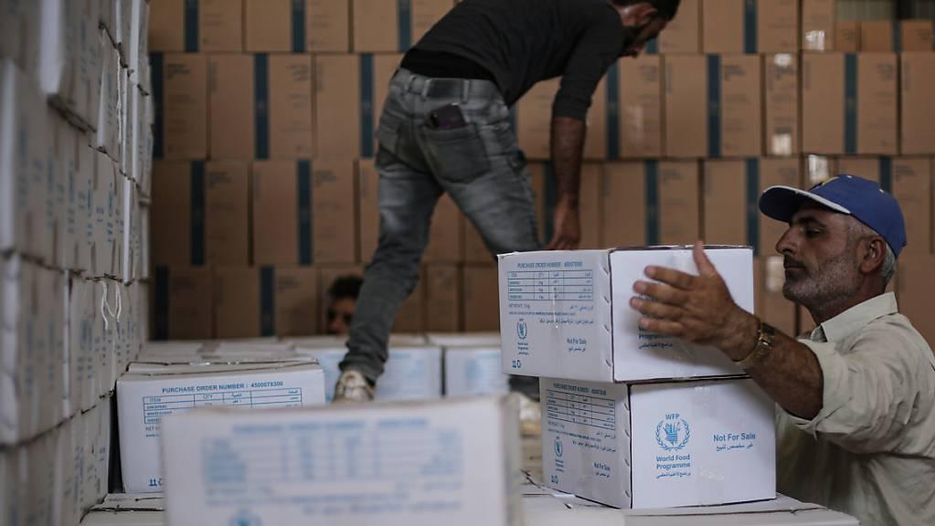 Zwei Syrer räumen humanitäre Hilfsgüter des Welternährungsprogramms ein. (Archivaufnahme)