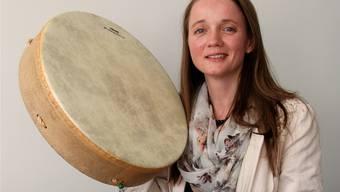 Nicole-Maria Torri mit einer Trommel, wie sie von Schamanen gebraucht wird.