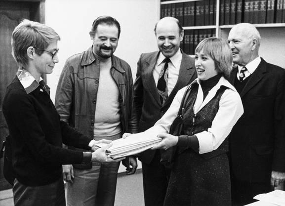 Laufentaler reichen am 19. November 1977 die Initiative zur Einleitung eines Verfahrens auf Anschluss an einen benachbarten Kanton ein. Auf dem Weg des Jura zu einem selbständigen Kanton halten sich die Laufentaler damit eigene Optionen offen.