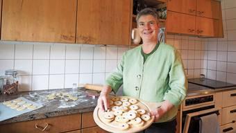 Gertrud Häseli mit den Spitzbuebe, die sie während der Bundesratswahlen gebacken hat.