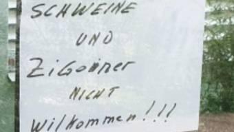 Eine unbekannte Person hat Zettel mit rassistischen Botschaften in einem Wohnblock aufgehangen.