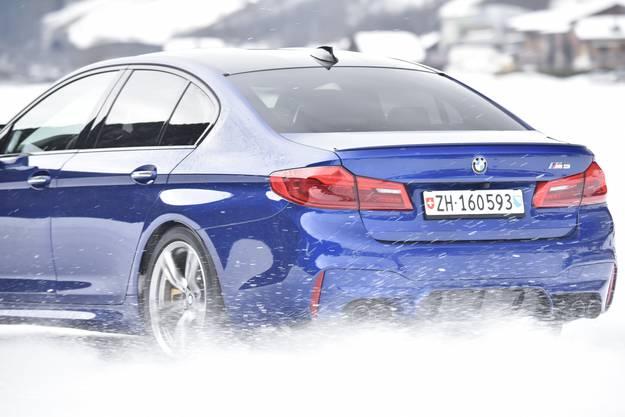 Lerneffekt für das Fahren auf der Strasse kann man mit einem Winterfahrtraining verschenken. Es bietet nicht nur viel Fahrspass auf rutschigem Untergrund, sondern auch einen Sicherheitsgewinn für alle, die in der kalten Jahreszeit auf der Strasse unterwegs sind. Nicht nur die Fahrsicherheitszentren, sondern auch viele Autohersteller bieten Kurse an. So zum Beispiel BMW. In Gstaad und in Davos finden im Januar und Februar Eintages-Kurse statt, entweder als BMW-Wintertraining für 590 Franken am 5. oder 12. Januar in Gstaad, oder am 4. und 27. Februar in Davos. Für sportliche Fahrer empfiehlt sich das M-Wintertraining, wo mit dem M5 und dem neuen M850i traininert wird. 700 Franken, 14., 15. und 16. Januar in Gstaad.