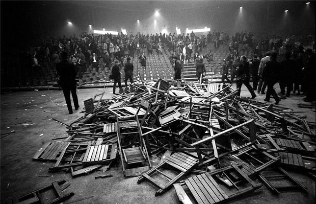 Das Hallenstadion nach dem Konzert: Sind die Stühle mutwillig zerstört oder zusammengeklappt auf einen Haufen geworfen worden? Urteilen Sie selbst.