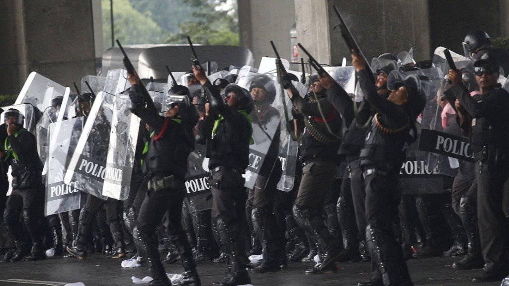 Thailändische Polizisten feuer Gummigeschosse ab (Archiv)