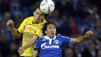 Augen zu und durch: Schalkes Raul gegen Mats Hummels