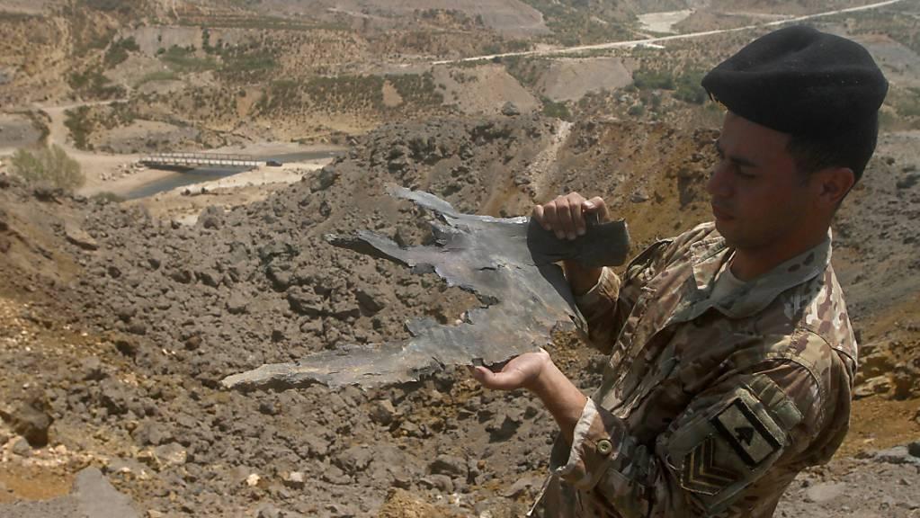 Ein Soldat der libanesischen Armee zeigt einen Teil einer israelischen Rakete, die bei einem Luftangriff auf das Ackerland im Südlibanon abgeschossen wurde. Foto: Mohammed Zaatari/AP/dpa Foto: Mohammed Zaatari/AP/dpa