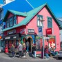 Junge Leute vor einer Bar in Reykjavik - trotz Corona, dank einer App.
